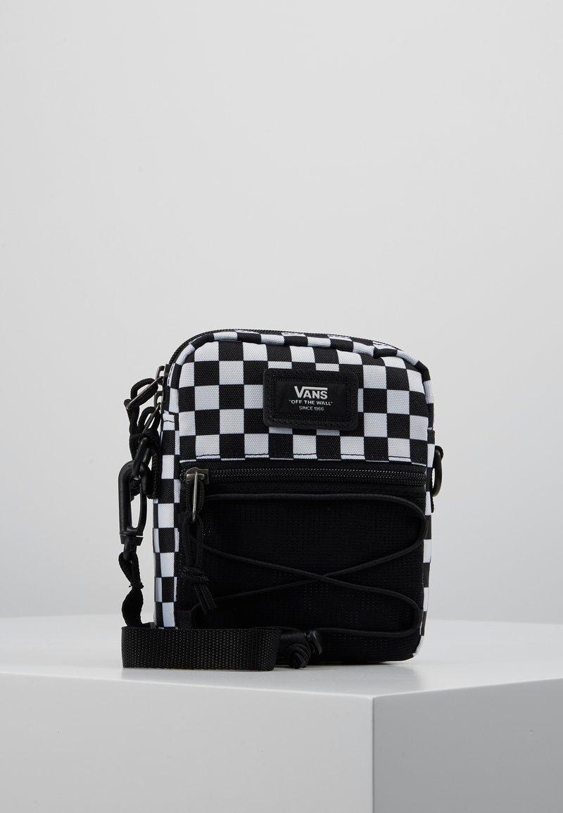 Vans - MN BAIL SHOULDER BAG - Axelremsväska - black/white