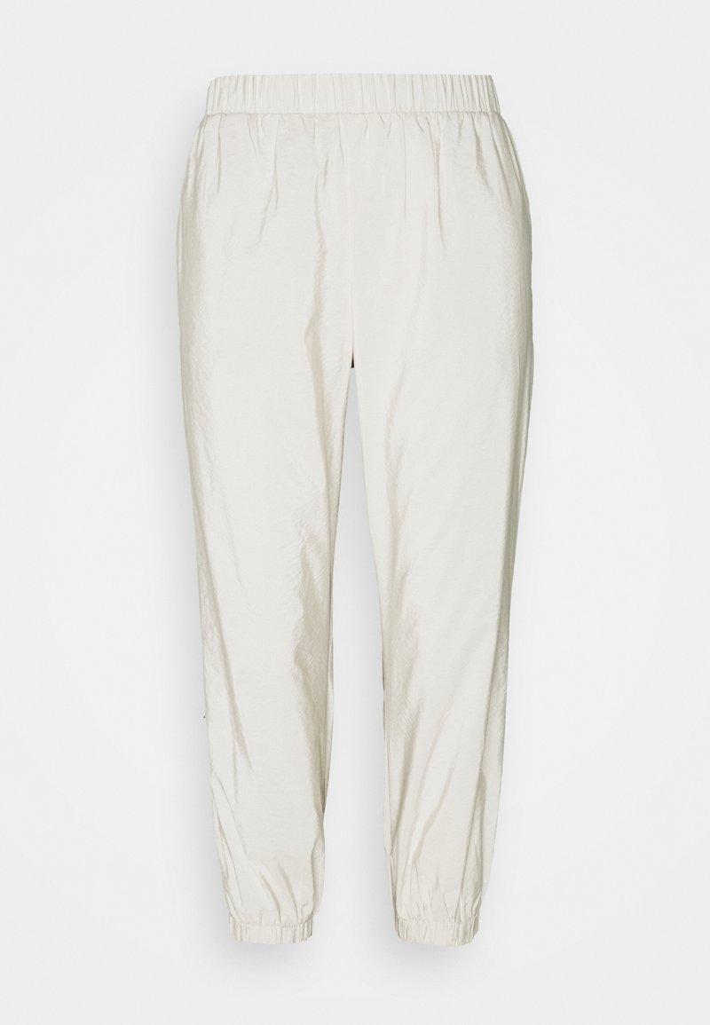 Pieces Petite - PCPYLLA TRACK PANTS - Pantalon de survêtement - birch