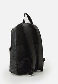 Calvin Klein - ROUND UNISEX - Batoh - black mono mix - 1
