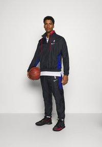 Nike Performance - NBA CITY EDITION TRACKSUIT - Tracksuit - black/rush blue/university red - 1