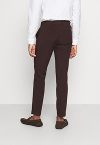 Isaac Dewhirst - THE FASHION SUIT 3 PIECE - Kostym - bordeaux - 7
