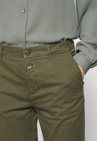 CLOSED - JACK - Chino kalhoty - olive - 3