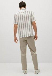Mango - Camisa regular-fit fluida rayas - Camisa - blanco - 2