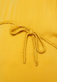 Noppies Studio - SIRMIONE - Denní šaty - honey gold - 2