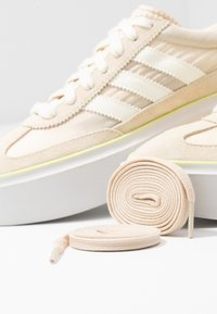adidas Originals - SLEEK SUPER - Sneakers laag - offwhite/crystal white - 7