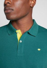 TOM TAILOR - BASIC WITH CONTRAST - Polo shirt - ever green - 4