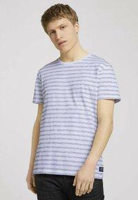 TOM TAILOR DENIM - MIT STREIFENMUSTER - T-shirt med print - white black injected stripe - 0
