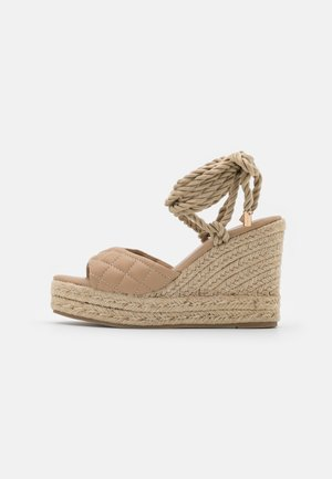 QUILTED EDGE WEDGE - Sandały na obcasie - sand