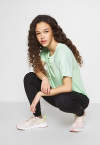 ONLY PLAY Petite - ONPPERFORMANCE LOOSE - Camiseta básica - green - 3