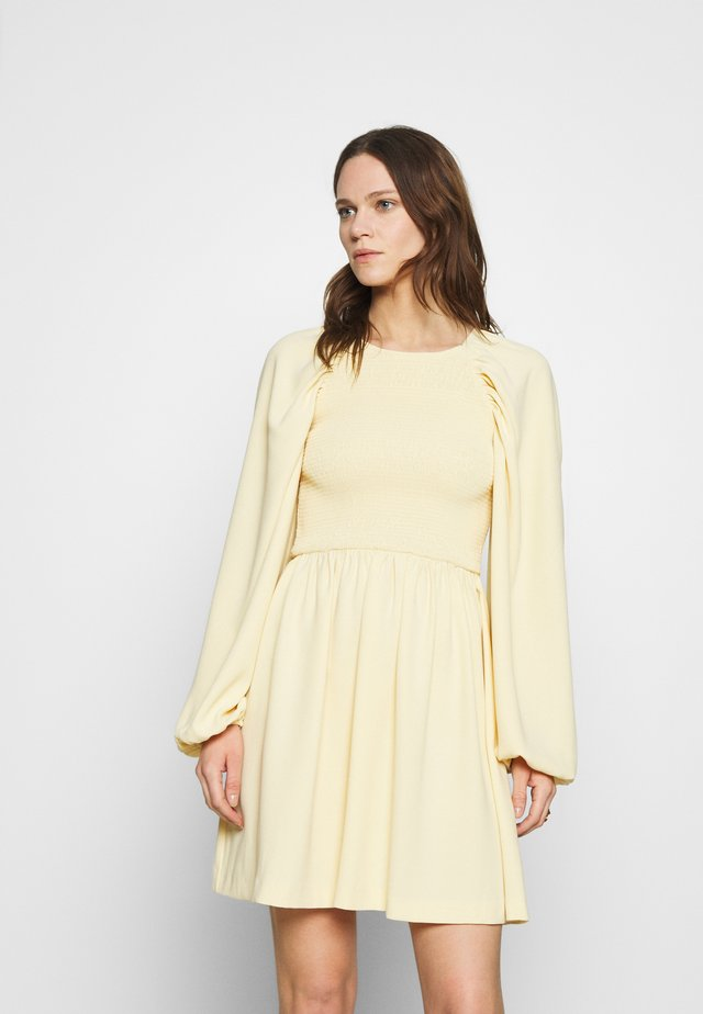 OLIANA SMOCK DRESS - Korte jurk - soft lemon