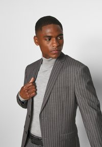 Isaac Dewhirst - BOLD STRIPE SUIT - Traje - grey - 10