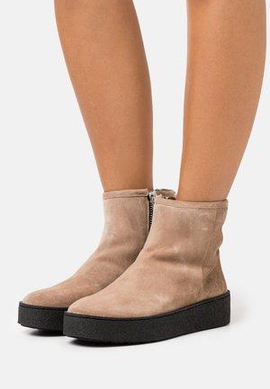 Kotníkové boty na platformě - beige/silver