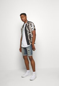 Cars Jeans - BECKER - Denim shorts - lion wash - 1