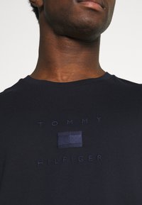 Tommy Hilfiger - TONAL FLAG TEE - Triko spotiskem - desert sky - 3