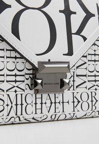 MICHAEL Michael Kors - WHITNEY - Skuldertasker - optic white/black - 6
