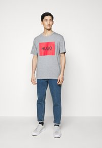 HUGO - DOLIVE - T-shirt imprimé - silver - 1