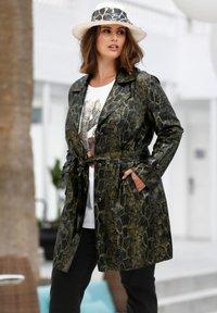 Sara Lindholm by HAPPYsize - Short coat - grün schwarz - 2