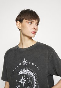 BDG Urban Outfitters - ETERNAL MOON TEE - Print T-shirt - washed grey - 3