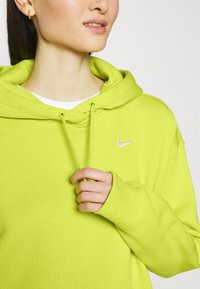 Nike Sportswear - HOODIE TREND - Sweat à capuche - high voltage/white - 5
