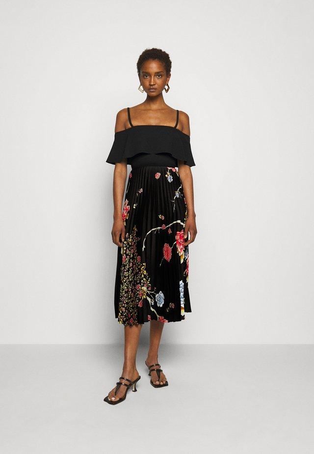 PLEATED COLD SHOULDER RECYCLED DRESS - Korte jurk - jumbo black