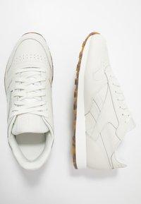 Reebok Classic - CLASSIC - Sneakersy niskie - chalk - 1