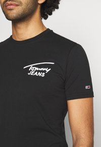 Tommy Jeans - STRETCH CHEST LOGO TEE  - Print T-shirt - black - 5