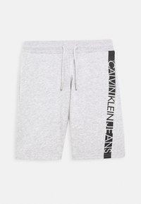 Calvin Klein Jeans - HERO LOGO - Korte broeken - grey - 0