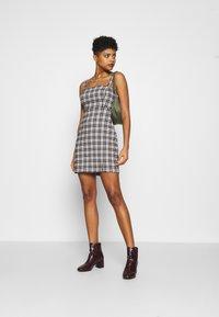 Hollister Co. - CHAIN BARE STRUCT - Denní šaty - black/tan - 1