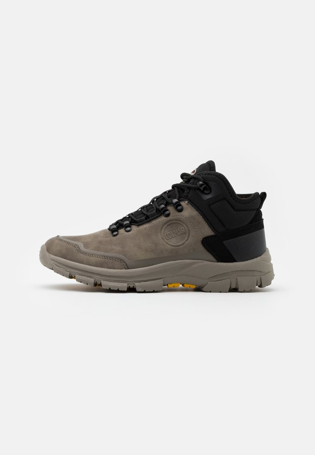 COOPER RACER - Höga sneakers - mud/black/yellow