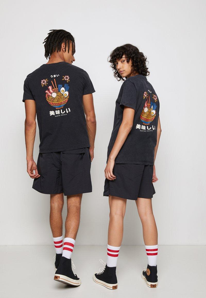 Kaotiko - WASHED RAMEN - T-shirt med print - black