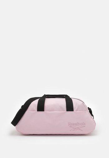 WOMENS ESSENTIALS GRIP - Sportovní taška - frost berry