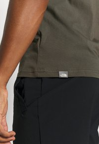 The North Face - MENS SIMPLE DOME TEE - Basic T-shirt - new taupe green - 6