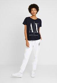Armani Exchange - Camiseta estampada - navy - 1