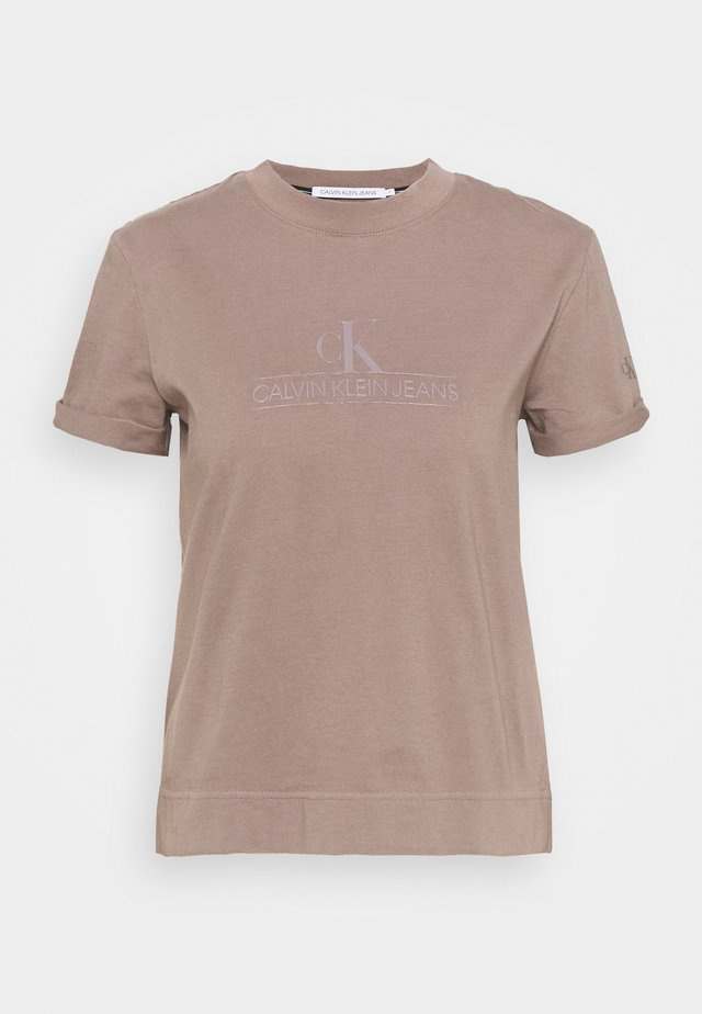 ARCHIVES TEE - T-shirt con stampa - dusty brown