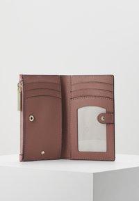 kate spade new york - SAFARI SMALL SLIM BIFOLD WALLET - Wallet - rococo pink - 4