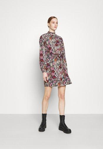 VMSELMA SHORT HIGH NECK DRESS