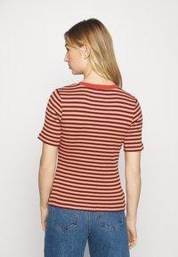 Lee - RIBBED TEE - Print T-shirt - sandy peach - 2