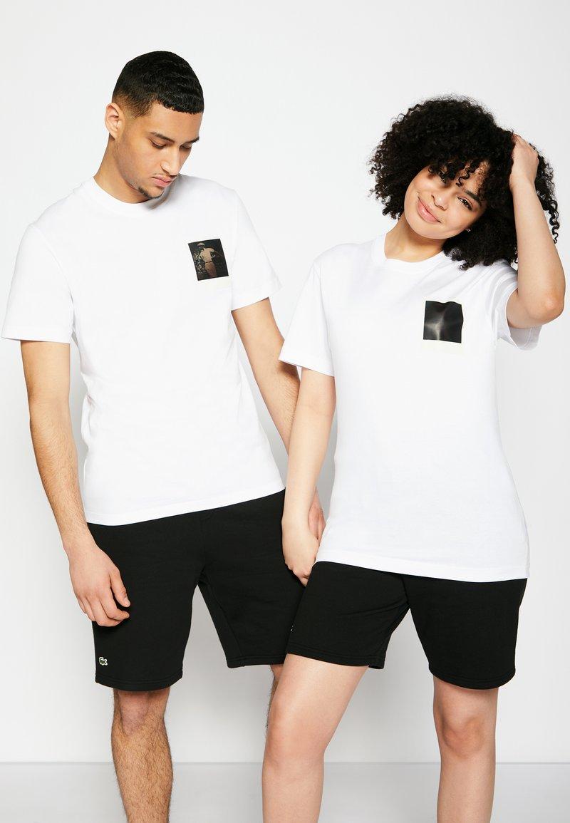 Lacoste - POLAROID UNISEX  - T-shirt print - white