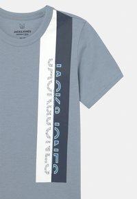 Jack & Jones Junior - JCOOYESTER CREW NECK - T-shirt print - dusty blue - 2