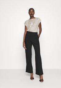 Dorothy Perkins - SEQUIN TEE - T-shirt imprimé - champagne - 1
