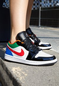 Jordan - AIR 1 SE - Sneakers - white/hyper royal/university red/pine green - 2