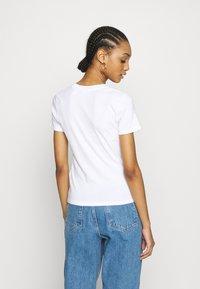 Levi's® - BABY TEE - T-shirt z nadrukiem - white - 2