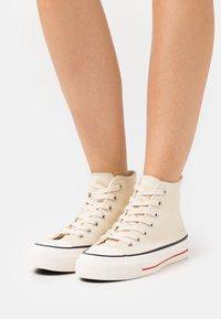 Rubi Shoes by Cotton On - BRITT RETRO - Zapatillas altas - ecru - 0