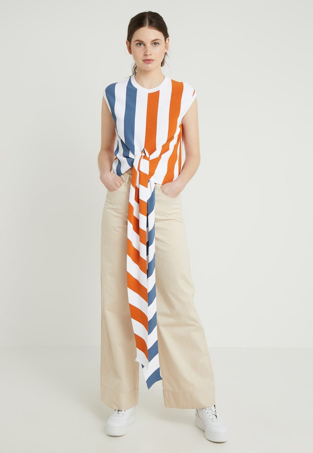 SMANICATO RIGATO - T-shirts med print - off-white/blue/orange