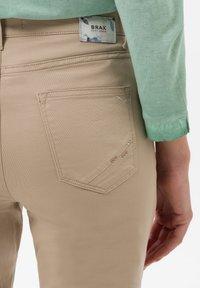 BRAX - STYLE CARO  - Slim fit jeans - sand - 4