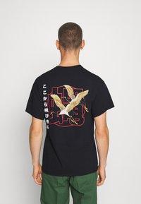 Night Addict - FLYAWAY - T-shirt con stampa - black - 0