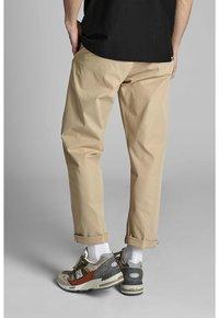 Anerkjendt - ANTWILL PANTS - Pantalones chinos - incense - 2