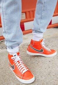 Nike Sportswear - BLAZER MID '77 INFINITE - Sneakers hoog - team orange/baroque brown/arctic pink - 2