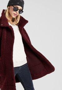 Bergans - OSLO LOOSE FIT - Zimní kabát - zinfandel red melange - 5