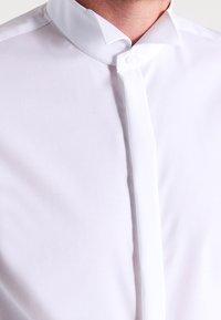 Seidensticker - SLIM FIT GERORGE SMOKING HEMD - Camicia elegante - white - 3